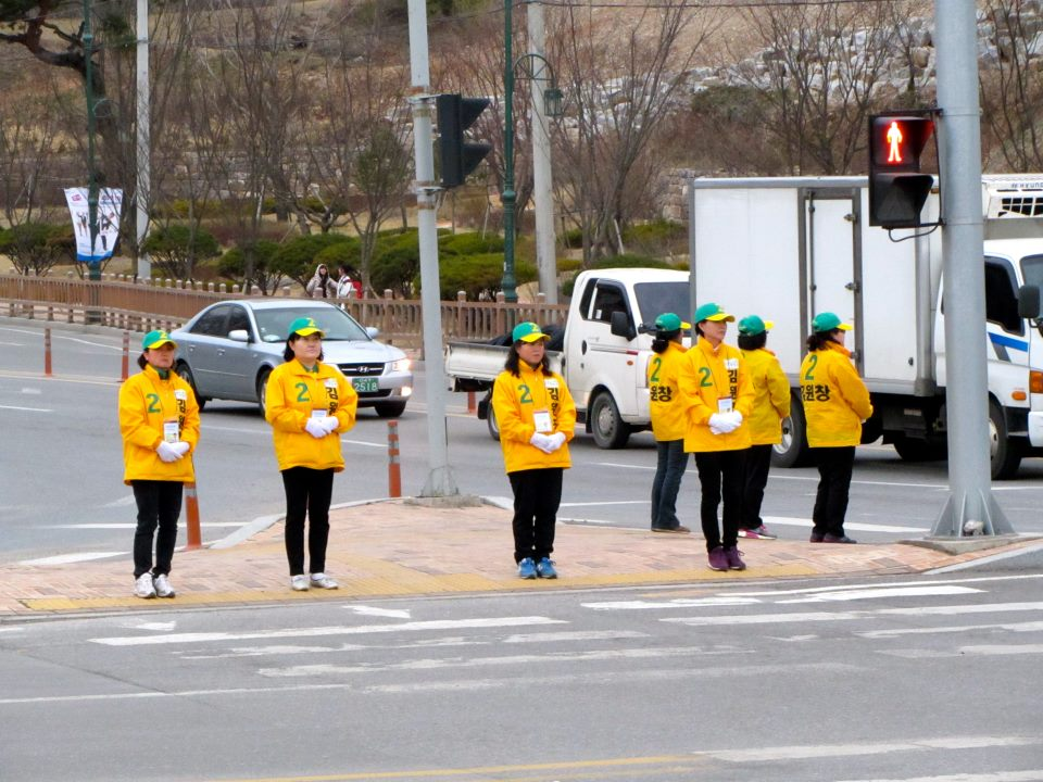 Bowing election campaigners in Korea